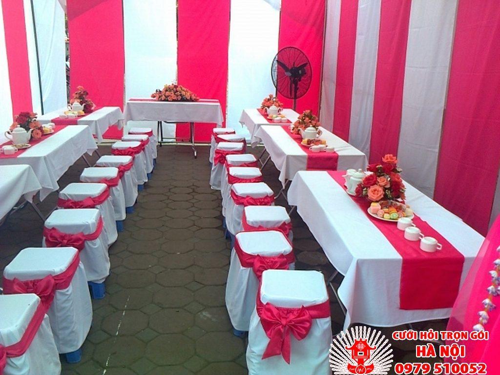 bàn ghế màu đỏ nồng nàn lãng mạn