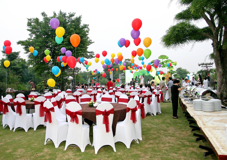 Thiết kế sân khấu tiệc cưới ngoài trời
